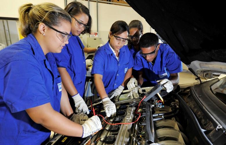 Ensino médio aliado a cursos técnicos são alternativa para jovens entrarem no mercado de trabalho