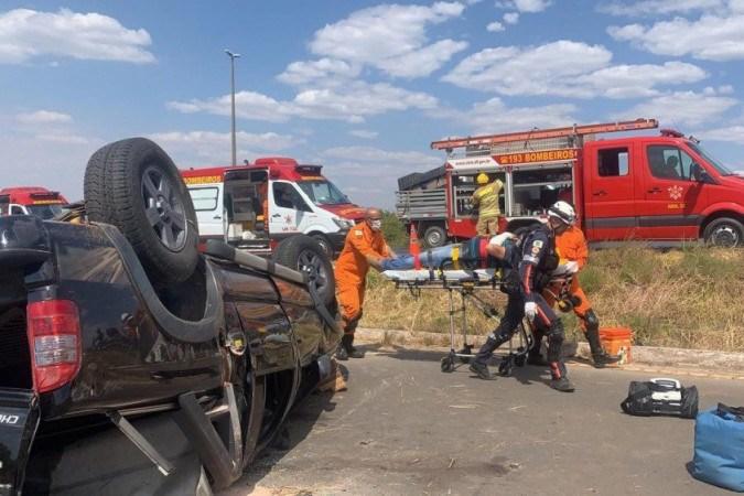 Capotagem deixa dois feridos na BR-020 e interdita trânsito