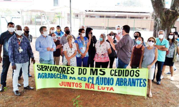 Servidores fazem ato em comemoração a assinatura de convênio