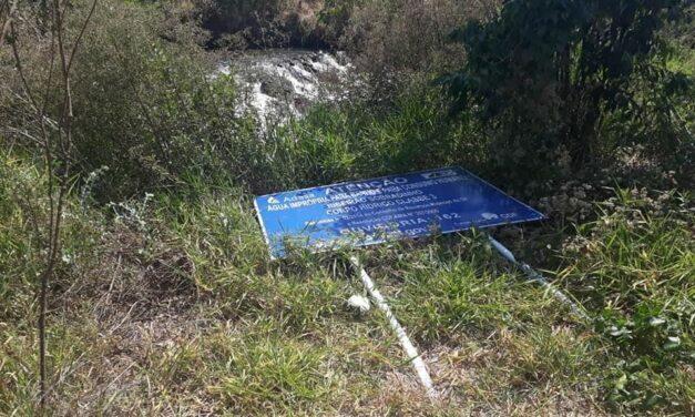 Placas do Ribeirão Sobradinho são derrubadas