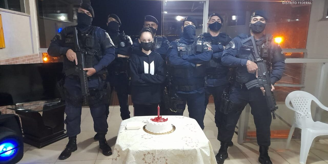 Aniversariante recebe visita de policiais militares do Gtop 33